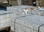 Pflaster und Terrassenplatten für die Terrasse, das Grundstück
